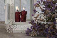 Διακοσμητικό μεταλλικό φανάρι μέσα σε ποια εγκαύματα το κερί, με τα λουλούδια Στοκ Εικόνες