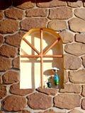 Διακοσμητικό παράθυρο με μια κούκλα Στοκ Φωτογραφίες