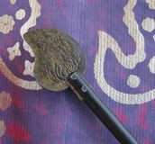 Διακοσμητικό παλαιό ασιατικό κλειδί σε πορφυρό κατασκευασμένο χαρτί με το μεταλλικό σχέδιο Στοκ Εικόνες