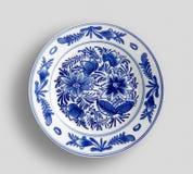 Διακοσμητικό πιάτο με τη στρογγυλή διακόσμηση στο εθνικό ύφος r στοκ φωτογραφίες