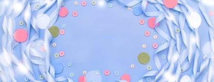 Διακοσμητικό πλαίσιο εμβλημάτων του μπλε κορδελλών σατέν Στοκ φωτογραφίες με δικαίωμα ελεύθερης χρήσης