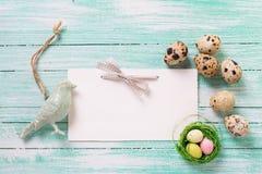 Διακοσμητικό πουλί, αυγά Πάσχας και κενή ετικέττα στο ξύλινο υπόβαθρο Στοκ Εικόνα