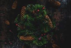 Διακοσμητικό πράσινο στεφάνι Χριστουγέννων Στοκ εικόνα με δικαίωμα ελεύθερης χρήσης