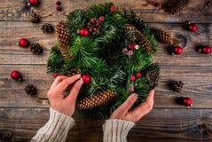 Διακοσμητικό πράσινο στεφάνι Χριστουγέννων Στοκ Φωτογραφίες