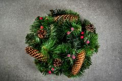 Διακοσμητικό πράσινο στεφάνι Χριστουγέννων Στοκ εικόνες με δικαίωμα ελεύθερης χρήσης
