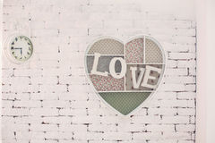 Διακοσμητικό πλαίσιο με μια αγάπη επιγραφής σε έναν τοίχο Στοκ φωτογραφία με δικαίωμα ελεύθερης χρήσης