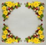 Διακοσμητικό πλαίσιο Πάσχας των κίτρινων, πράσινων και άσπρων λουλουδιών με Στοκ εικόνα με δικαίωμα ελεύθερης χρήσης
