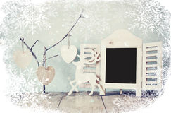 Διακοσμητικό πλαίσιο πινάκων κιμωλίας και ξύλινες κρεμώντας καρδιές πέρα από τον ξύλινο πίνακα έτοιμος για το κείμενο ή το πρότυπ Στοκ φωτογραφία με δικαίωμα ελεύθερης χρήσης