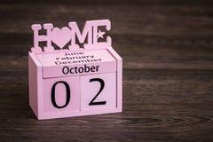 Διακοσμητικό ρόδινο ξύλινο ημερολόγιο με τα ρόδινα ξύλινα πλαίσια Στοκ Φωτογραφία