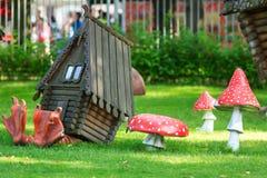 Διακοσμητικό σπίτι στα πόδια κοτόπουλου και τα αγαρικά μυγών Στοκ Εικόνες