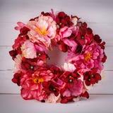 Διακοσμητικό στεφάνι λουλουδιών για τη διακόσμηση του εσωτερικού Διακόσμηση σχεδιαστών για μια πόρτα ή ένα σπίτι Στοκ φωτογραφία με δικαίωμα ελεύθερης χρήσης
