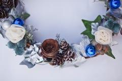 Διακοσμητικό στεφάνι Χριστουγέννων του κώνου, των τεχνητών λουλουδιών, των φύλλων κισσών και fir-tree των σφαιρών Στοκ Φωτογραφίες