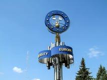 """Διακοσμητικό στοιχείο της πηγής """"ευρωπαϊκά """"στο Sumy, κινηματογράφηση σε πρώτο πλάνο ενάντια στο μπλε ουρανό στοκ φωτογραφίες με δικαίωμα ελεύθερης χρήσης"""