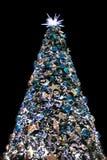 Διακοσμητικό χριστουγεννιάτικο δέντρο με τα παιχνίδια στο Μαύρο Στοκ φωτογραφία με δικαίωμα ελεύθερης χρήσης
