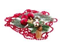 Διακοσμητικό χριστουγεννιάτικο δέντρο με τις κόκκινες σφαίρες και τις κόκκινες χάντρες Απομονωμένος στο λευκό Στοκ εικόνα με δικαίωμα ελεύθερης χρήσης