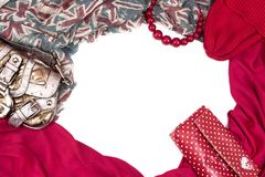 Διακοσμητικό draping πλαίσιο του κλωστοϋφαντουργικού προϊόντος Γυναικών εξαρτημάτων μαντίλι κόκκινη τσάντα δώρων χαντρών σημαιών  Στοκ Φωτογραφίες