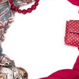 Διακοσμητικό draping πλαίσιο του κλωστοϋφαντουργικού προϊόντος Γυναικών εξαρτημάτων μαντίλι κόκκινη τσάντα δώρων χαντρών σημαιών  Στοκ Φωτογραφία
