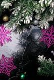 Διακοσμητικό snowflake άσπρο και ρόδινο στο μαύρο υπόβαθρο χαιρετισμός Χριστουγέννων καρτών διάστημα αντιγράφων Τοπ όψη Στοκ εικόνες με δικαίωμα ελεύθερης χρήσης