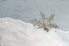 Διακοσμητικό snowflake να κολλήσει από το χιόνι Στοκ εικόνα με δικαίωμα ελεύθερης χρήσης