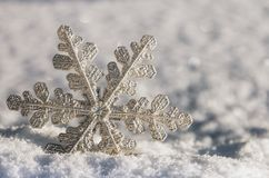 Διακοσμητικό snowflake να κολλήσει από το χιόνι Στοκ Φωτογραφίες