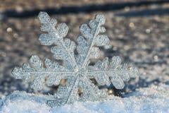 Διακοσμητικό snowflake να κολλήσει από το χιόνι Στοκ εικόνες με δικαίωμα ελεύθερης χρήσης