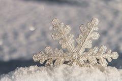 Διακοσμητικό snowflake να κολλήσει από το χιόνι Στοκ Εικόνες