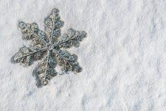 Διακοσμητικό snowflake στο χιόνι για τα Χριστούγεννα διακοπών Στοκ εικόνες με δικαίωμα ελεύθερης χρήσης