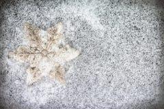 Διακοσμητικό snowflake στο χιόνι Στοκ φωτογραφία με δικαίωμα ελεύθερης χρήσης