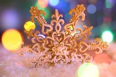 Διακοσμητικό snowflake στο χιόνι Στοκ φωτογραφίες με δικαίωμα ελεύθερης χρήσης