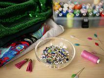 Διακοσμώντας με χάντρες και ράβοντας εργαλεία στο backround Στοκ φωτογραφία με δικαίωμα ελεύθερης χρήσης