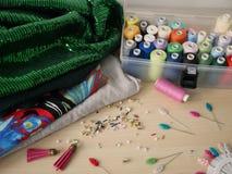 Διακοσμώντας με χάντρες και ράβοντας εργαλεία στο backround Στοκ Εικόνα