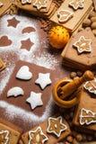 Διακοσμώντας τα μπισκότα που περιβάλλονται από τα καρύδια Στοκ φωτογραφίες με δικαίωμα ελεύθερης χρήσης