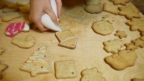 Διακοσμώντας τα Χριστούγεννα κατοικήστε τα κέικ με το χέρι με τη ζάχαρη τήξης φιλμ μικρού μήκους