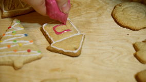 Διακοσμώντας τα Χριστούγεννα κατοικήστε τα κέικ με το χέρι με τη ζάχαρη τήξης απόθεμα βίντεο