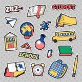 Διακριτικά, μπαλώματα, αυτοκόλλητες ετικέττες στο κωμικό σχολικό θέμα εκπαίδευσης ύφους με τα βιβλία, σφαίρα και σακίδιο πλάτης μ απεικόνιση αποθεμάτων