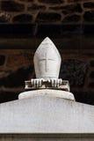 Διακριτικά του πέτρινου επισκόπου σε έναν τάφο Στοκ Φωτογραφίες