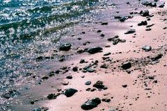 Διακόπτες κυμάτων σπινθηρίσματος πράσινοι, ρόδινη άμμος χαλικιών Στοκ εικόνες με δικαίωμα ελεύθερης χρήσης