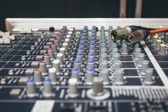 Διακόπτης αναμικτών εξισωτών επίδειξης ελέγχου γραφείων αναμικτών μουσικής Στοκ φωτογραφία με δικαίωμα ελεύθερης χρήσης