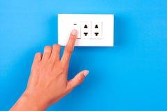 Διακόπτης ηλεκτρικού φωτός συμπίεσης χεριών Στοκ Φωτογραφίες