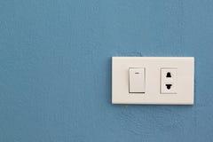 Διακόπτης και βούλωμα ηλεκτρικής ενέργειας στο συμπαγή τοίχο Στοκ Φωτογραφία
