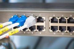 Διακόπτης και ethernet καλώδια δικτύων Στοκ φωτογραφία με δικαίωμα ελεύθερης χρήσης