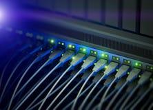 Διακόπτης κεντρικών υπολογιστών δικτύων με τη λάμψη των οδηγήσεων Στοκ φωτογραφία με δικαίωμα ελεύθερης χρήσης