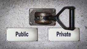 Διακόπτης τοίχων ιδιωτικός εναντίον του κοινού στοκ εικόνα με δικαίωμα ελεύθερης χρήσης