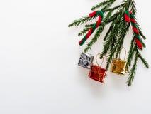 Διακόσμηση ή διακόσμηση Χριστουγέννων που τοποθετούνται στην ορθογώνια μορφή πλαισίων που αποτελείται από τον πράσινο κλάδο πεύκω Στοκ φωτογραφία με δικαίωμα ελεύθερης χρήσης