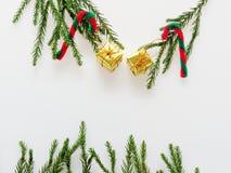 Διακόσμηση ή διακόσμηση Χριστουγέννων που τοποθετούνται στην ορθογώνια μορφή πλαισίων που αποτελείται από τον πράσινο κλάδο πεύκω Στοκ Εικόνες