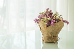 διακόσμηση ανθοδεσμών λουλουδιών στον πίνακα Στοκ Φωτογραφίες