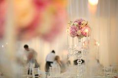 Διακόσμηση ανθοδεσμών λουλουδιών με τα κεριά Στοκ εικόνα με δικαίωμα ελεύθερης χρήσης