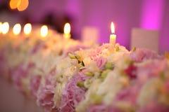 Διακόσμηση ανθοδεσμών λουλουδιών με τα κεριά Στοκ Εικόνες