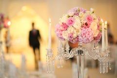 Διακόσμηση ανθοδεσμών λουλουδιών με τα κεριά Στοκ Φωτογραφία
