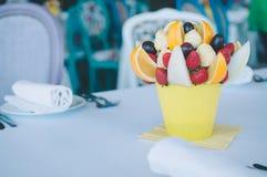 Διακόσμηση ανθοδεσμών φρούτων στο να δειπνήσει πίνακα Στοκ Εικόνες